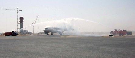 Arrivée du premier avion d'Etihad Airways sur la nouvelle piste, au fond la construction de la nouvelle tour de contrôle - Ph. ADAC