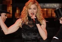 Les avions dégagent le ciel nuageux du concert de Madonna