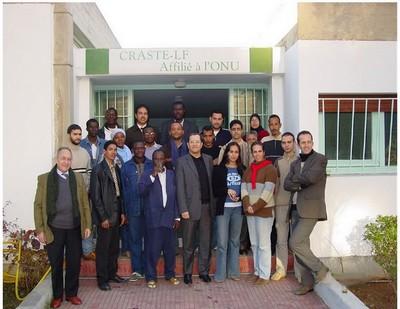 Mr Touzani (à gauche) en compagnie des lauréats d'une session de formation