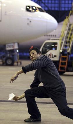 Takuo Toda: Le recordman du lancer d'avion en papier