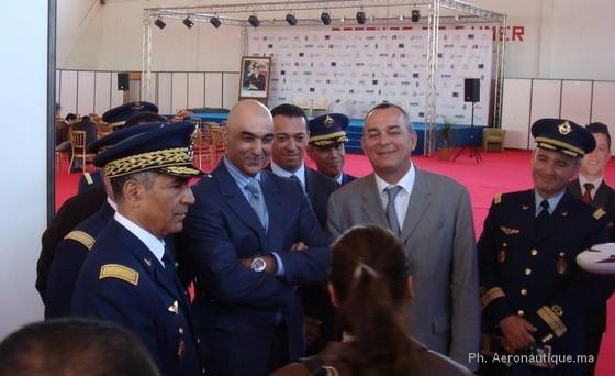 Entouré par le Général de Division Aérienne Ahmed Boutaleb, et Mr Pineau Gael, Directeur de IEC