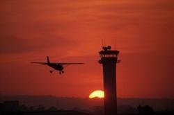 un enfant fait décoller trois avions en jouant au contrôleur aérien à l'aéroport JFK