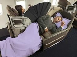 Une hôtesse de l'air vole les passagers de la classe affaires pendant leur sommeil