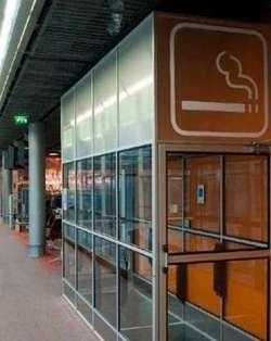 Un coin fumeurs de l'aéroport Paris-Charles-de-Gaulle