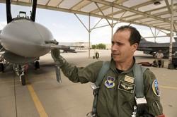 Un des quatre pilotes Maj. Mouloud Chihani contrôlant un Falcon F-16 - Ph. 162fw