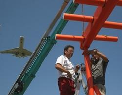 ATSEP devant une antenne d'ILS (Système d'aide à l'atterrissage)