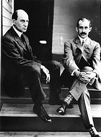 Orville (à gauche) et Wilbur Wright ont non seulement réussi à faire décoller et voler un engin plus lourd que l'air, mais ils ont aussi inventé le pilotage