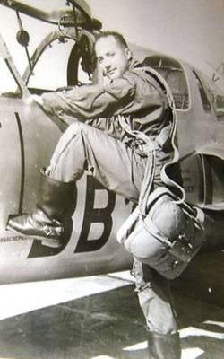 Capitaine Kebbaj à côté d'un Fouga Magister