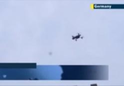 Un drone suspect se pose devant Merkel pendant son meeting (Vidéo)