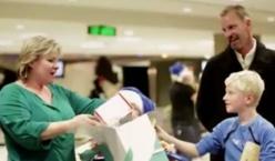 Les passagers de WestJet reçoivent leurs cadeaux de Noël sur le carrousel de bagages (Vidéo)