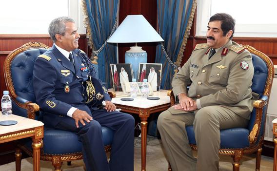 Le major-général Ahmed Saihi, Commandant des écoles de la force aérienne royale marocaine, et le général Hamad bin Ali al-Attiyah Ministre d'état Qatari à la Défense