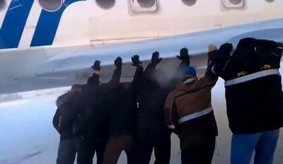 Sibérie: Des passagers obligés de pousser leur avion gelé à -40°C (Vidéo)