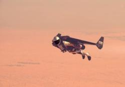 Yves Rossy ou Jetman en vol au dessus du desert de Dubai