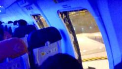 Des passagers ouvrent les portes de secours exaspérés par le retard de leur avion