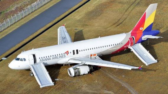 Sortie de piste d'un avion d'Asian Airlines après avoir heurté des antennes