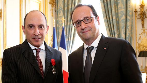 La France décore le patron de Qatar Airways de la médaille d'officier de la légion d'honneur