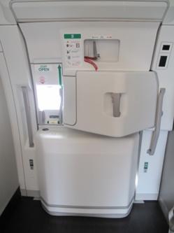 Un passager confond la porte des toilettes avec une des portes de l'avion