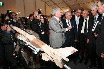 Mr McHenry présentant une maquette de F-16 à Mr ElFassi