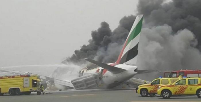 Atterrissage d'un Boeing777 d'Emirates Airline sans train d'atterrissage