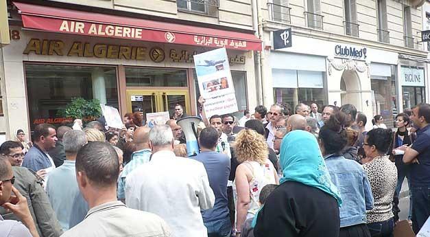 Rassemblement devant l'agence d'Air Algérie à Paris contre la Cherté des billets vers l'Algérie