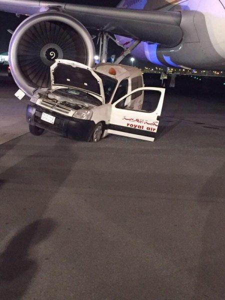 Un avion de Saudi Arabian percute un véhicule de Royal Air Maroc