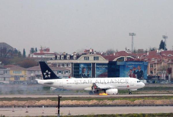 Un A320 de Turkish Airlines atterrit à Istanbul avec un réacteur en feu (Vidéo)
