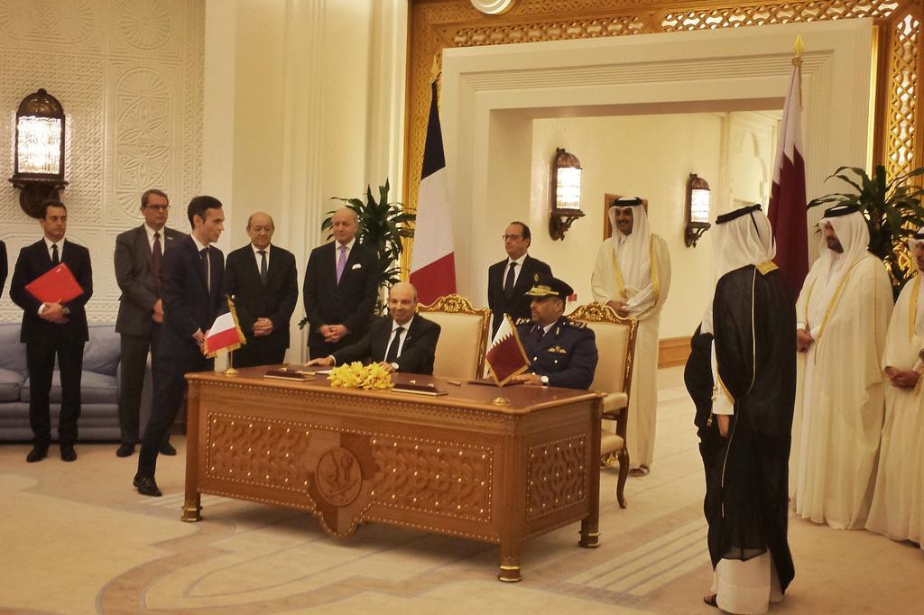 Le contrat de vente de 24 avions de combat Rafale signé au Qatar pour 6,3 milliards d'euros