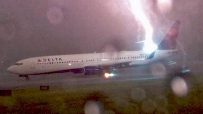 Impressionnante vidéo d'un avion frappé par la foudre à l'aéroport d'Atlanta