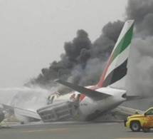 Atterrissage d'un Boeing777 d'Emirates Airline sans train d'atterrissage