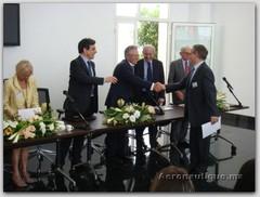 Mr Benbrahim félicitant les partenaires